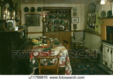 Credenza Con Forno : Archivio fotografico pianoforte in cottage cucina con pino