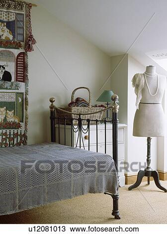 Prête-nom couturier, dans, blanc, grenier, chambre à coucher, à, gris,  bedcover, sur, vieux, laiton, lit Banque d\'Image