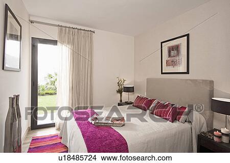 Roze Grijze Slaapkamer : Stock foto roze werpen en kussens op bed met upholstered