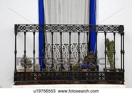 stock foto schmiedeeisen balkon und fenster mit wei schn ren vorhang u19756553 suche. Black Bedroom Furniture Sets. Home Design Ideas