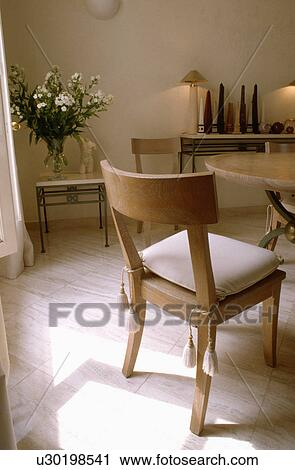Sedia Legno Con Bianco Cuscino In Neutrale Sala Da Pranzo Con Pavimenti Di Legno Prefiniti Archivio Immagini U30198541 Fotosearch