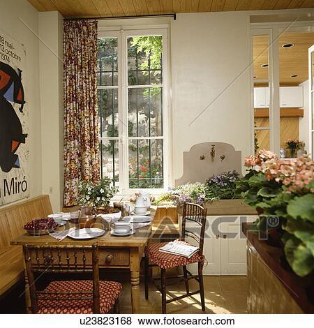Bilder Setzen Rahmen Auf Kiefer Tisch Mit Antiker Stuhle In