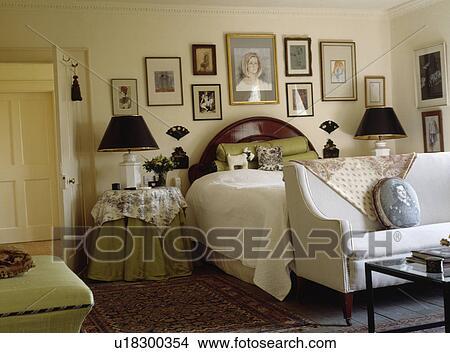 Sofa blanc, au-dessous, lit, dans, traditionnel, chambre à coucher ...
