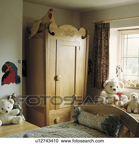 Slaapkamer Voor Kind.Traditionele Slaapkamer Van Het Kind Met Groot Houten Kleerkast Stock Afbeelding