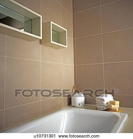 Weiß, bad, unterhalb, widergespiegelt, würfel, regale, auf, beige,  gekachelt, wände, von, modernes, badezimmer Stock Bild