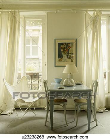 Weiß Schmetterling Stuhl Und Weiß Vorhänge In Franzoesischer