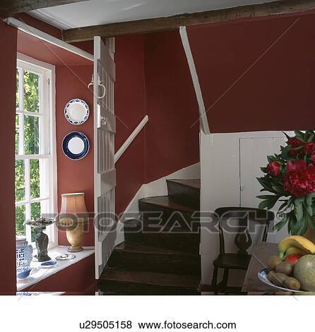 Treppenaufgang Tür bilder weiß tür offen auf eiche treppenaufgang in rot hütte