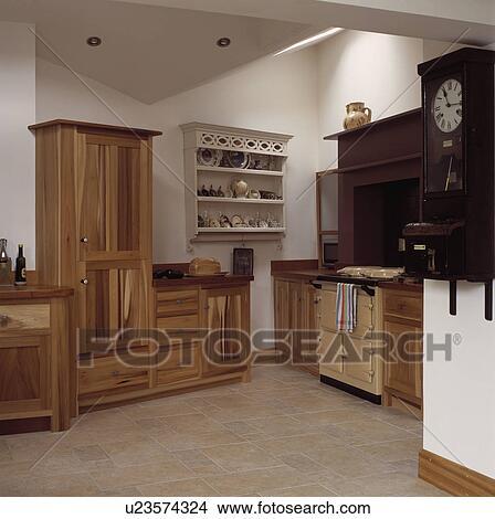 Blanc, étagère, unité, dans, moderne, blanc, cuisine, à, crème, aga, et,  pied, shaker, style, ajusté, bois, armoires Image