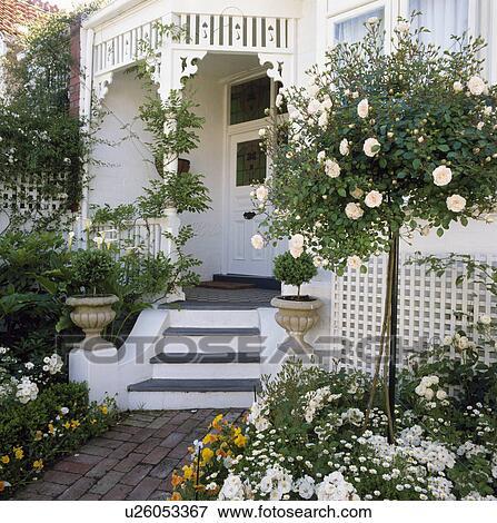 Blanc Peint Veranda Et Exterieur De Maison A Tout Blanc Jardin Dans A Norme Rose Banque De Photo