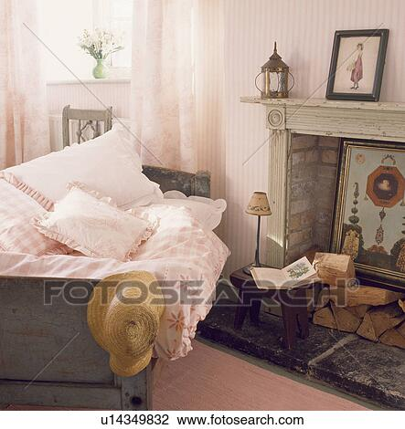 best sneakers 57164 070f8 Camera letto, con, pastello, rosa, cuscini, e, piumone, su, singolo, letto,  accanto, marmo, caminetto, con, registrare Archivio Immagini