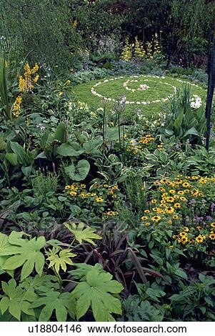 Cheap archivio immagini circolare prato con pietra pavimentato modello in piccolo giardino paese - Giardini con pietre bianche ...