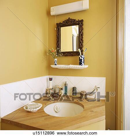 Coin, de, salle bains jaune, à, circulaire, blanc, bassin, construit, dans,  bois, vanité, unité Banque de Photographies