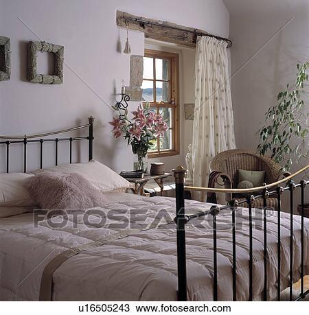 Crème, couette, sur, laiton antique, lit, dans, blanc, petite maison,  chambre à coucher, à, crème, rideau, à, fenêtre Banque d\'Image