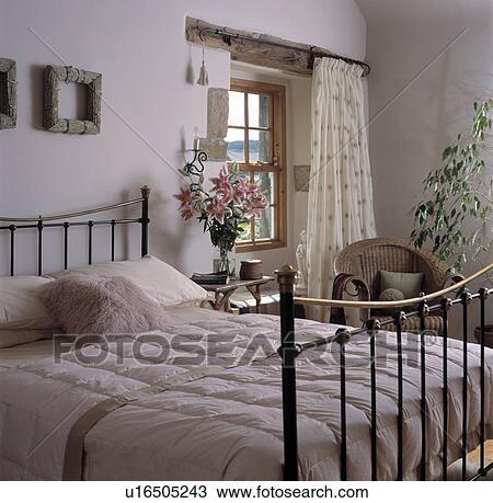 Crema, piumone, su, ottone antico, letto, in, bianco, cottage, camera  letto, con, crema, tenda, a, finestra Archivio Immagini