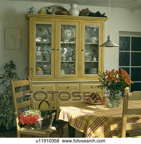 Immagini - dipinto, giallo, credenza, con, porte vetro, in, sala da ...