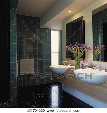 Double, blanc, bassins, dans, bois, vanité, unité, dans, moderne, salle  bains, à, mur vert, tuiles Banque d\'Image