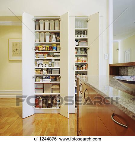 Mensole A Soffitto.Fold Back Bianco Porte Su Pavimento A Soffitto Magazzino Mensole In Moderno Cucina Archivio Fotografico