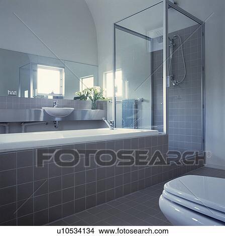 Glas, dusche, kabinett, neben, bad, in, modernes, weiß, badezimmer, mit,  grauer, fliesenmuster Bild