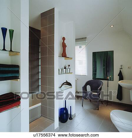 Glas, regale, in, nischen, in, modernes, weiß, badezimmer ...