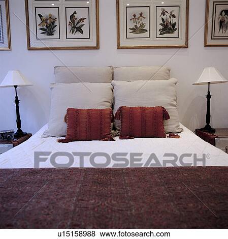 Grand, blanc, chambre à coucher, à, encadré, images mur, et, rouge blanc,  coussins, lit Banque de Photo