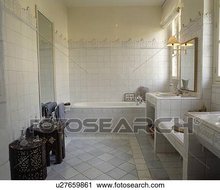 Archivio fotografico intarsiato marocchino tavoli in - Bagno grigio e bianco ...