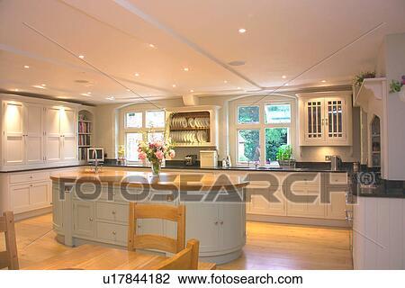 Credenza Con Cucina : Isola unità in grande cucina con dipinto bianco andato