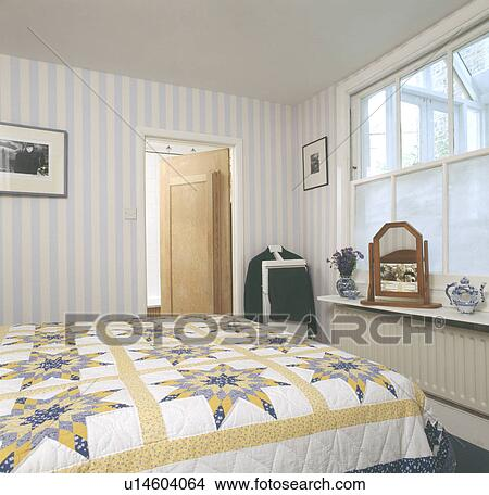 Jaune blanc, patchwork, édredon, lit, dans, maison mitoyenne, chambre à  coucher, à, image fond rayée Image