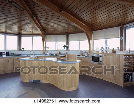 Soffitti In Legno Moderni : Interno moderno della stanza con il soffitto del triangolo ed il