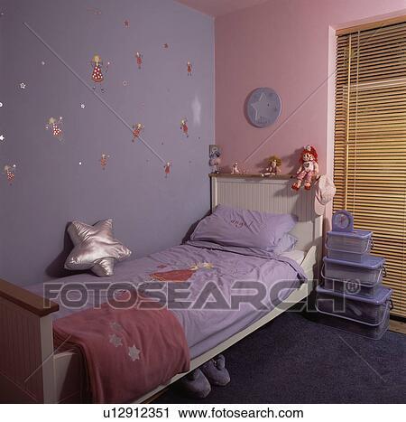 Mauve, et, rose, murs, au-dessus, blanc, lit, à, mauve, bedlinen, dans,  economy-style, chambre coucher enfant, à, plastique, cases frais magasinage  ...