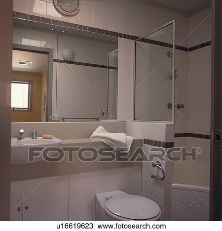 Miroir, au-dessus, ajusté, bassin, et, toilette, à côté de, douche, et,  bain, dans, moderne, blanc, salle bains Banque d\'Image