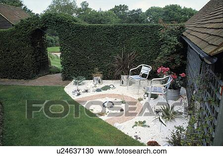 Archivio fotografico mobilia su patio in estate for Mobilia in inglese