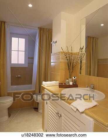 Ovan, blanc, bassin, ensemble, dans, vanité, unité, à, pâle, jaune,  carrelé, sommet, dans, moderne, blanc, salle bains, à, rideaux jaunes, à  côté de, ...