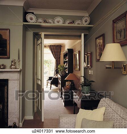 https://fscomps.fotosearch.com/compc/UNS/UNS033/plank-boven-deur-in-traditionele-stock-fotografie__u24017331.jpg