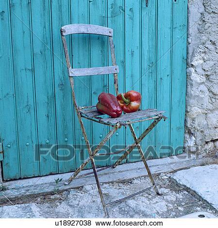 1c7fcba3ec74 Primer plano, de, pimientas, en, viejo, sillón de la presidencia de jardín,  delante de, turquesa, puerta de madera