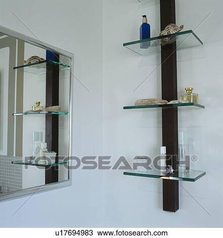 Spiegel, und, glas, regale, in, modernes, badezimmer Stock Bild