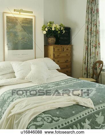 Sypialnia Z Obraz I Oświetlenie Nad łóżko Z Biały Poduszki I Płótno I Wzorzysty Zielony Rzucić Na łóżku Bank Zdjęć