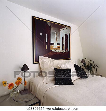 Tableau moderne, au-dessus, lit, à, blanc, lin, et, noir blanc, coussins,  dans, grenier, chambre à coucher Image