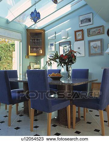 Banque De Photo Tapisse Bleu Tall Back Chaises Dans Moderne