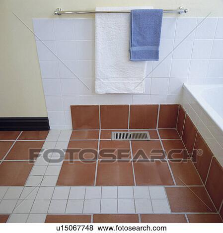 Bilder Terracotta Und Weiss Tiled Boden Unterhalb Handtuch