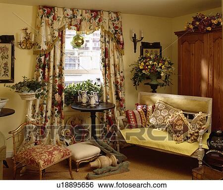Stock Bild   Traditionelle, Gelb, Hütte, Wohnzimmer, Mit, Blumen , Vorhänge,  Und, Tapisserie, Kissen, Auf, Sofa