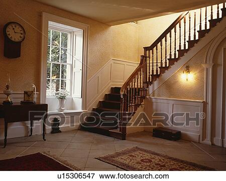bild treppenaufgang und gro traditionelle halle mit sch rpe fenster u15306547 suche. Black Bedroom Furniture Sets. Home Design Ideas