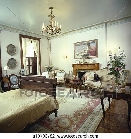 stock foto franse antieke meubel in traditionele slaapkamer