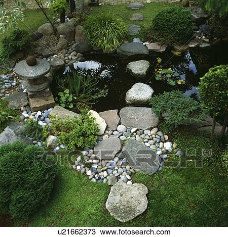 stock foto steentjes en groot stenen op de rand van