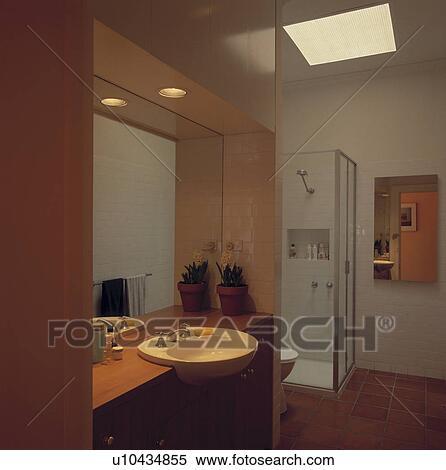 Umieszczony Oświetlenie Nad Lustro I Basen W Nowoczesny Biały łazienka Kolekcje Fotografii