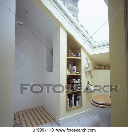 Stock Foto   Velux, Fenster, Oben, Toilette, In, Klein, Dachgeschoss,  Badezimmer, Mit, Offenes, Dusche, Und, Vertieft, Regale