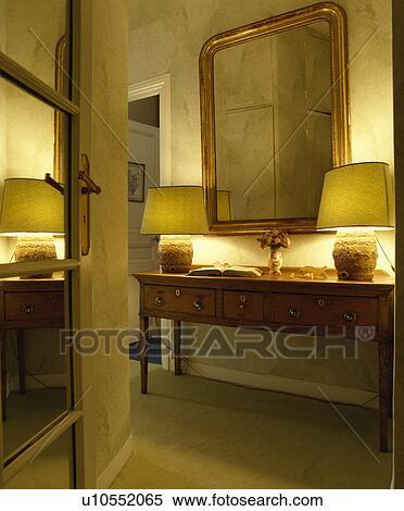 https://fscomps.fotosearch.com/compc/UNS/UNS033/verguld-spiegel-boven-verlicht-stock-afbeelding__u10552065.jpg