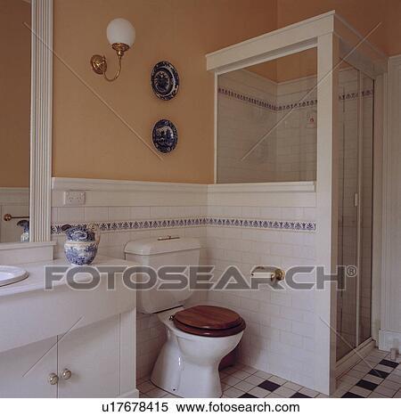 Weiße wand, fliesenmuster, und, toilette, neben, dusche ...