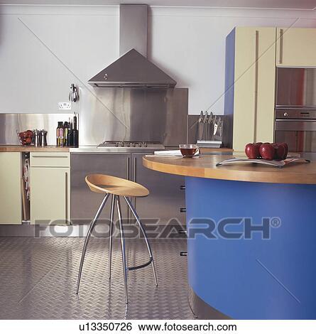 Banque d\'Images - acier, et, bois, tabouret, à, bleu, barre petit ...
