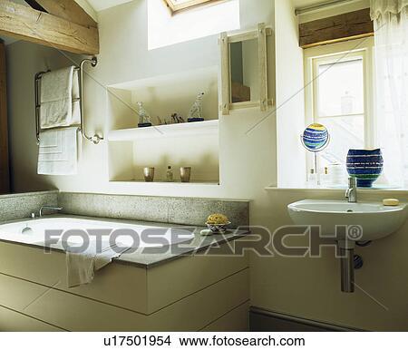 Alcôve, rayonnage, au-dessus, bain, dans, moderne, blanc, pays, salle bains  Image