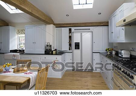 American-style, rostfreier stahl, kühlschrank tiefkühlschrank, in, groß,  weiß, kueche, mit, ausgeführt, eiche, fussboden Stock Bild